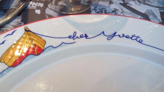 Le Grillon Hotel-Residence : Тарелка в номере отеля