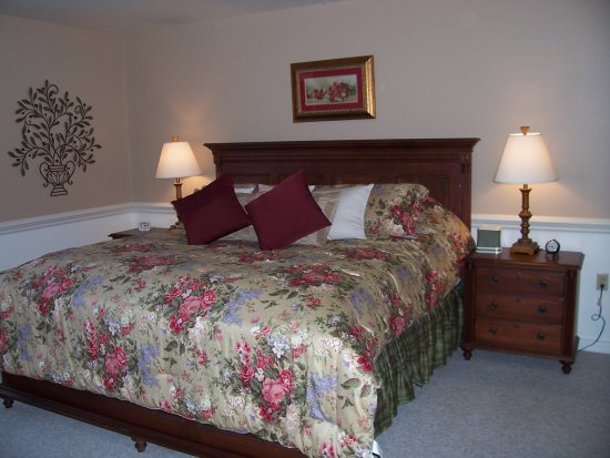 Camelot Restaurant & Inn: Our Camelot King Whirlpool Suite