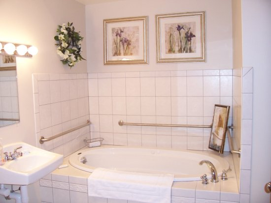 Camelot Restaurant & Inn: Our Camelot Queen Whirlpool Suite
