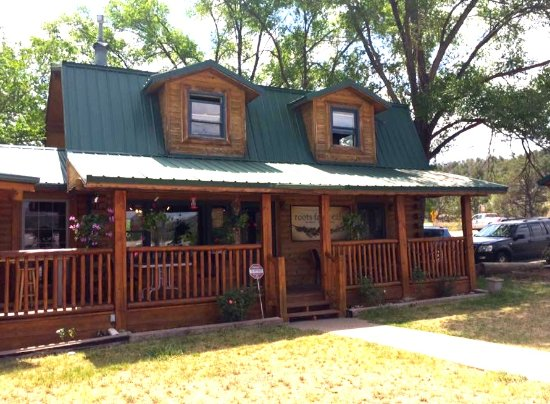 Tijeras, Nuevo Mexico: The cafe looks like a Swiss cabin in the middle of the NM landscape.