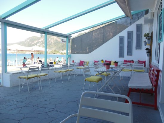 Kato Achaia, Grekland: I believe a wonderful place to sit after you swim in the sea and to drink a coffee or choose one
