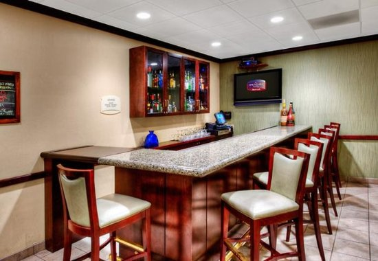 SpringHill Suites Milford: Bar & Lounge