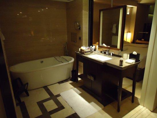 Hilton Beijing Wangfujing: Offenes Badezimmer