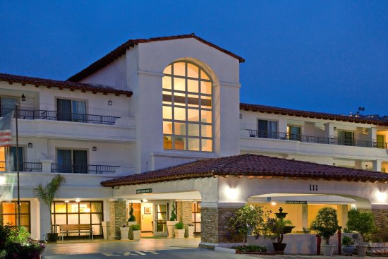 Holiday Inn San Clemente: Street view of the San Clemente hotel's entrance at night.