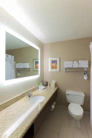 Holiday Inn Express Fargo - West Acres: FAREX Guest Bathroom
