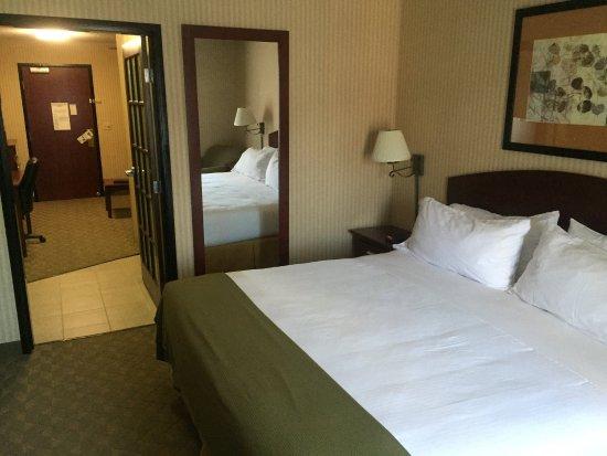Lansing, KS: Deluxe Room King Bed Suite