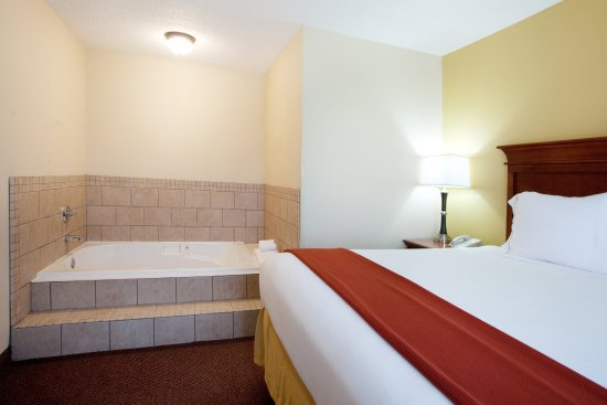 Holiday Inn Express & Suites- Sulphur (Lake Charles): Jacuzzi Suite Sleeping Area with Whirlpool Tub