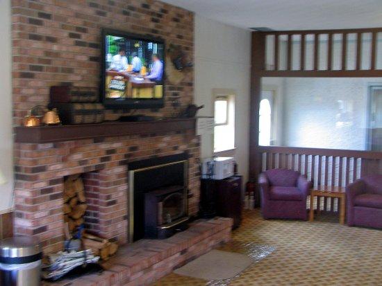 Henniker, NH: Fireplace room