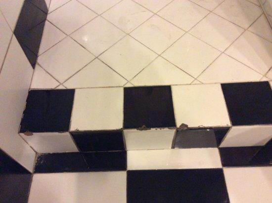 Piastrelle rotte nel bagno foto di donna adelina napoli