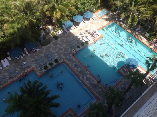 Marriott's Oceana Palms: Pool has the kids/young family area to the left. Older swimmers and lap pool to the right