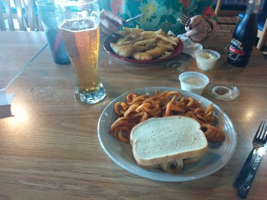 Hiawatha, Канзас: Patty Melt w/curly fries and a tall one for me, Fish & Chips for Leona. Yummm!