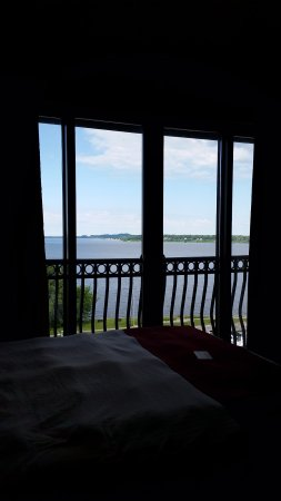 Shoreline Inn & Conference Center, an Ascend Hotel Collection Member: Looking over Lake Muskegon from my bed. Not a bad way to wake up in the morning!