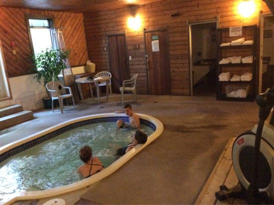 Chalet Continental Motel: Hot tub area