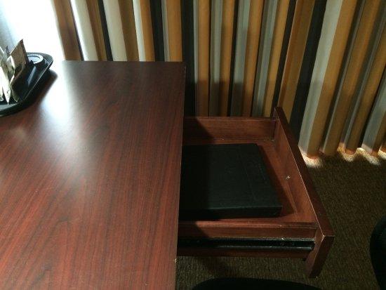 Wyndham Garden Hotel Newark Airport: Unlevel floor, desk drawer wouldn't stay closed