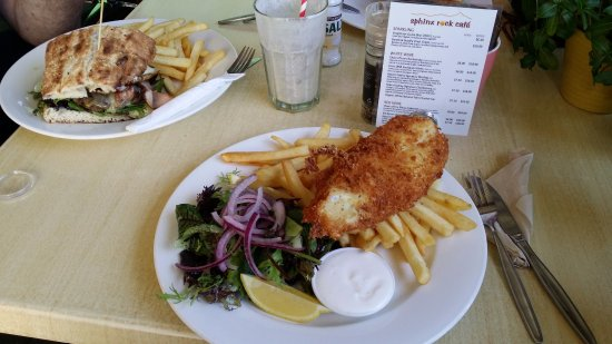Mount Burrell, Australia: My fish'n'chips and hubby's burger (we also had a yummy smoothie).