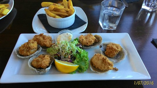 Bluff, Nueva Zelanda: Crumbed oysters, chips and salad