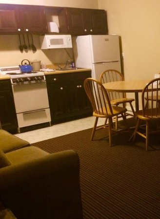 Aspinquid at Norseman Resort: Kitchen/dining area of apartment with sleeper couch
