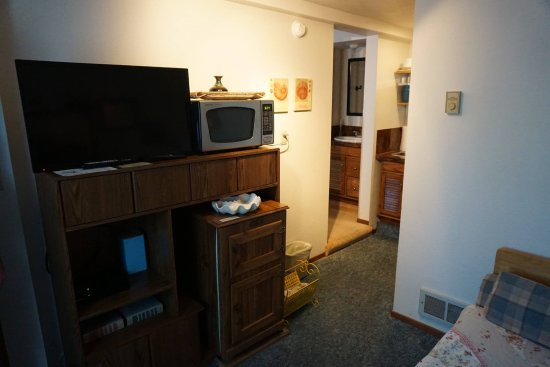Rock Park Cottages: Cottage 3A, tv, fridge, microwave, books, dvds etc