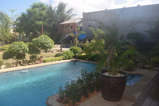 Alona Golden Palm Resort: Smaller pool with view of construction (June 2016)