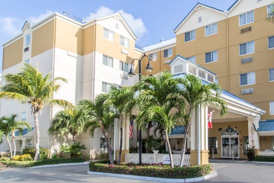 Comfort Suites Seven Mile Beach: Exterior