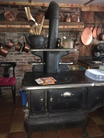 Blueberry Hill Inn: solid fuel oven in the family kitchen