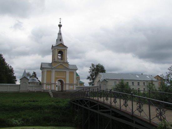 Leningrad Oblast, Rusia: Вид на монастырь от реки Оять.