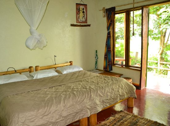 Pumba Safari Cottages: Double bed in Swallow cottage