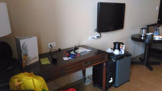 Summit Ridge Tagaytay: mini fridge, LCD, desk