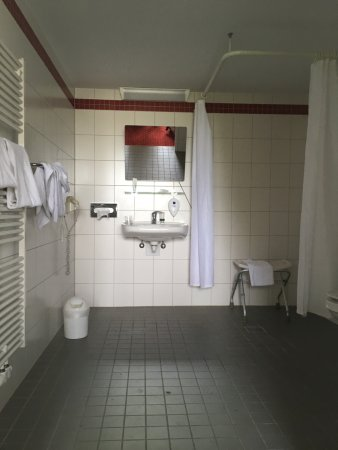 Wheelchair bathroom - Picture of AZIMUT Hotel City South Berlin ...