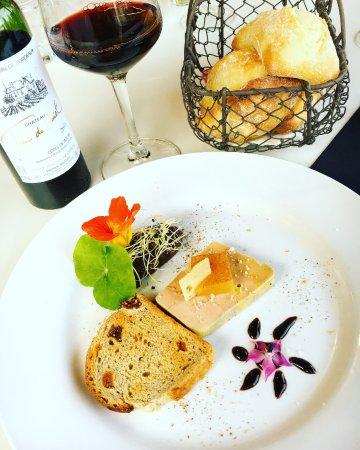 Plouer sur Rance, ฝรั่งเศส: Foie Gras très bien présenté et très bon. Même les fleurs se mangent ; )