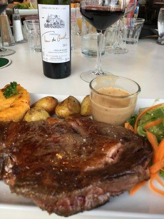 Plouer sur Rance, Francia: Très belle entrecôte accompagnée d'une sauce au poivre onctueuse