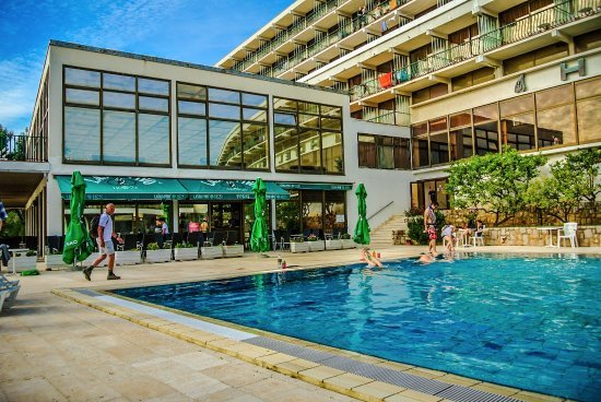 Hotel Arkada: Pool with Bar serving cold drinks