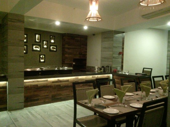 Hotel Accolade: modern furnished dining room
