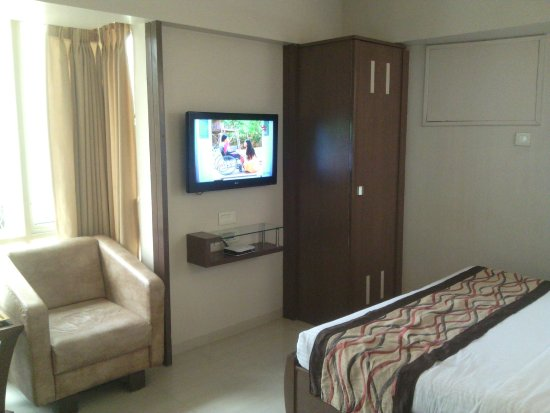 Hotel Accolade: well furnished clean room
