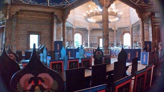 The Izba : Izba de Pairi Daiza interieur met beschilderde stoelen en enorme houten kroonluchters