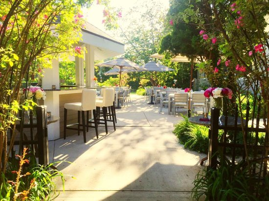 Carriage House Dining Room & Gardens : Al Fresco Dining