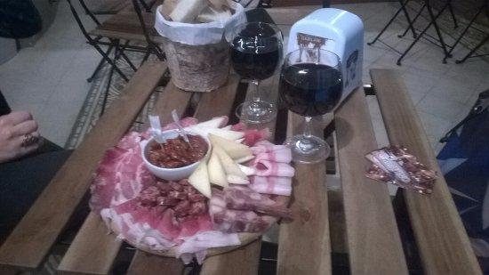 Provincia de Lucca, Italia: Tagliere per 2 persone con calici di vino toscano