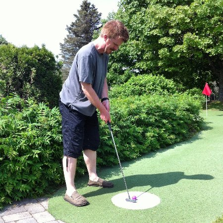 Stowe Golf Park: The pirate plays mini golf!
