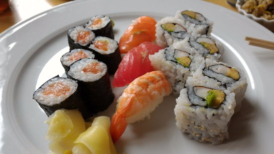 Hinodeya: Sushi and sashimi - my lunch today! Fresh and delicious!