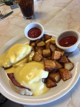 Ticos Breakfast & Lunch: Eggs Benedict