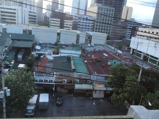 Herald Suites: リトル東京(朝)右奥にはマクドナルドもあります。