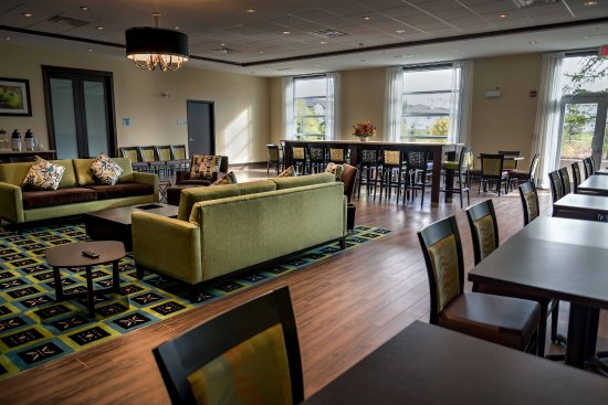 Spruce Grove, Canadá: Enjoy breakfast, served early, in our spacious common area.