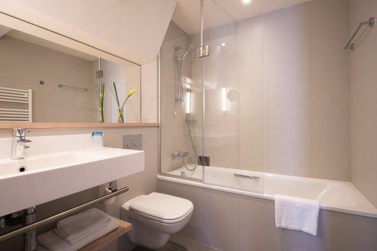 Salle de bains r nov e avec baignoire photo de mercure for Salle de bain renovee