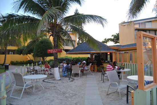 Blue Water Resort on Cable Beach: Ali's Tiki Bar