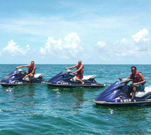 Тавернье, Флорида: Jet skiing in the bay, Pricilla took some great shots of us