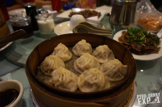 Doraville, Geórgia: 'Soup-filled' Dumplings. Difficult to pick up without piercing it and having all Broth escape.