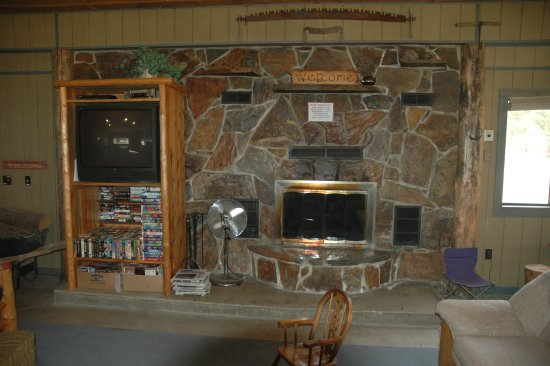 De Borgia, MT: Enjoy the fireplace in the Lodge