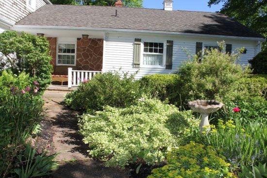 A Garden View B & B: Such lovely gardens!