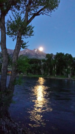 Paradise Gateway Bed & Breakfast: Moonlight over the Yellowstone River