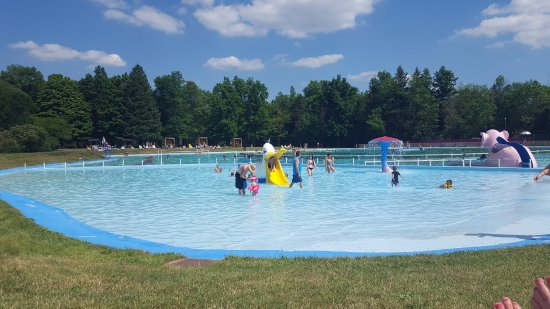 Chardon, OH: Shallow Pool Area For LIttle Ones
